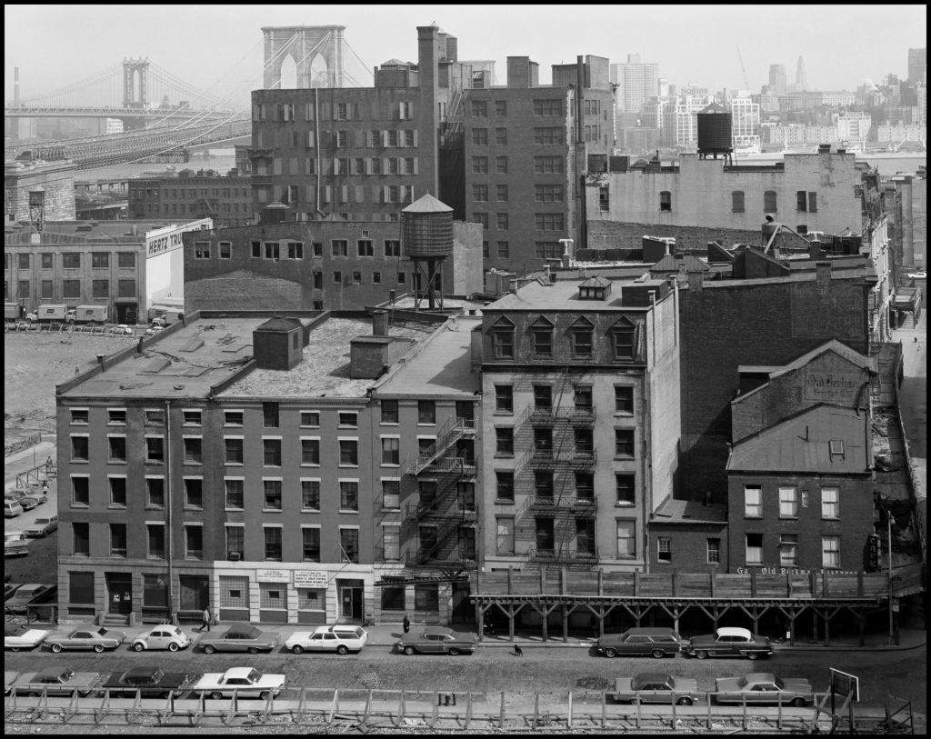 Danny Lyon, El área del Puente de Brooklyn vista desde el tejado del Hospital Beekman, 1967. | Crédito: Danny Lyon/Magnum Photos