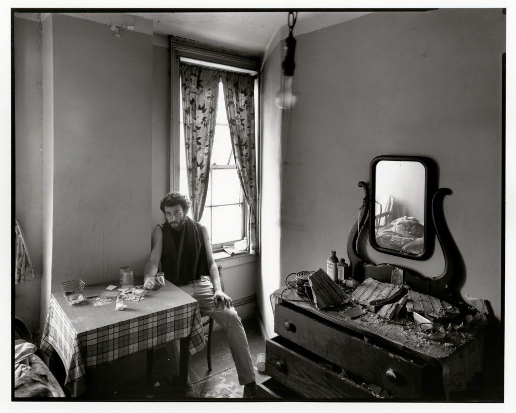 Danny Lyon, Autorretrato en una habitación de hotel abandonada en la calle West, 1967. | Crédito: Danny Lyon/Magnum Photos