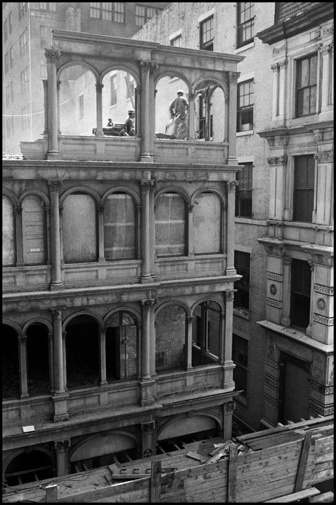 Danny Lyon, Elevación de un quemador para cortar los pernos de la fachada de hierro fundido del nº. 82 de la calle Beekman, 1967. | Crédito: Danny Lyon/Magnum Photos