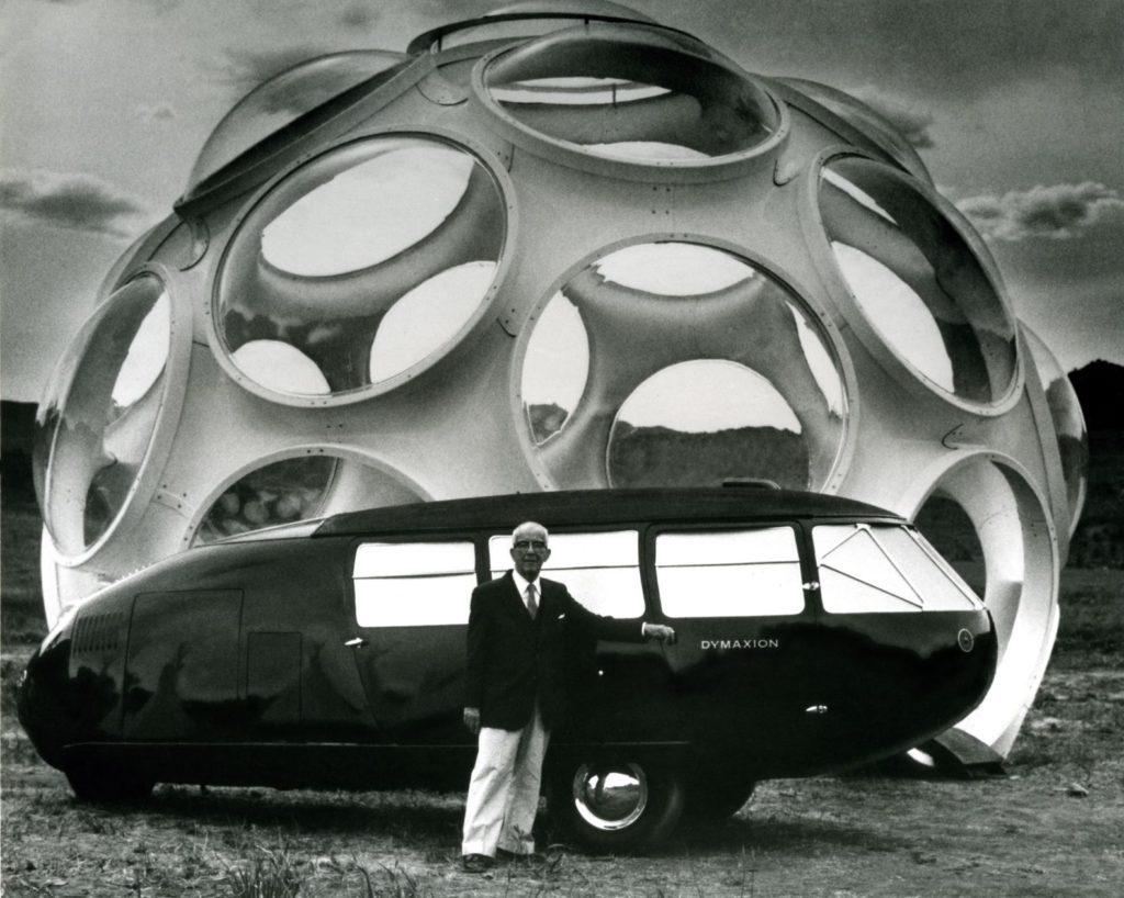 Buckminster Fuller ante el Dymaxion Car y el FlyesEye Dome durante su 85 aniversario. | Foto: Cortesía de Fundación Telefónica