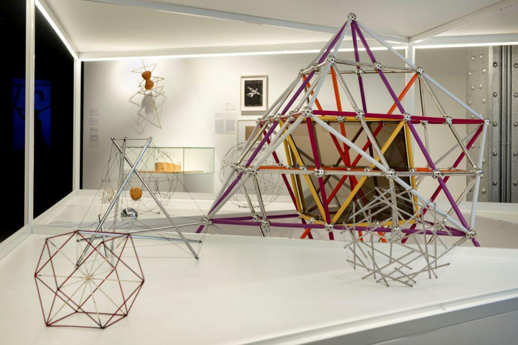 Vista de una de las salas de la exposición Curiosidad radical. En la órbita de Buckminster Fuller, en la Fundación Telefónica.