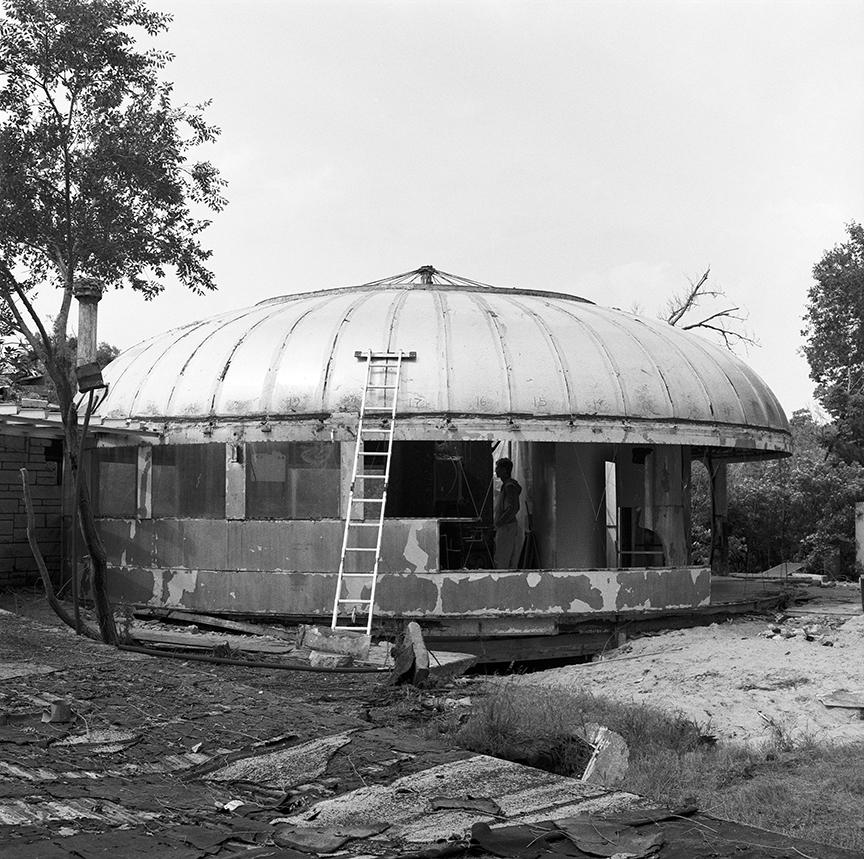 Robert Duchesnay, 1992. Desmantelamiento de la Dymaxion Dwelling Machine.   Foto: Cortesía de Fundación Telefónica