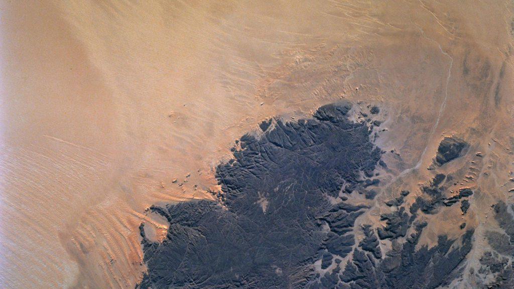 Los desiertos como el del Sahara albergan acuíferos de agua dulce que pueden verse afectados por el cambio climático. | Imagen: NASA