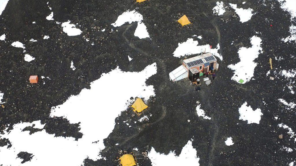 El campamento base a vista de dron en el que vivieron varios meses los investigadores encargados de la flotilla de drones | Foto: Kunal Shah
