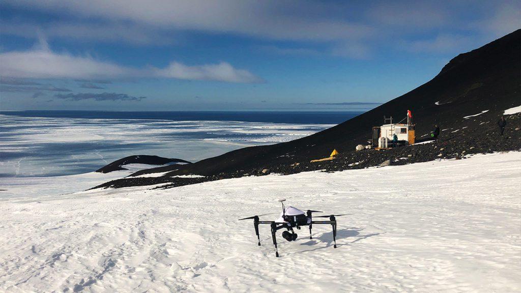 Uno de los drones utilizados por los investigadores para inspeccionar las colonias de pingüinos | Foto: Parker Levinson