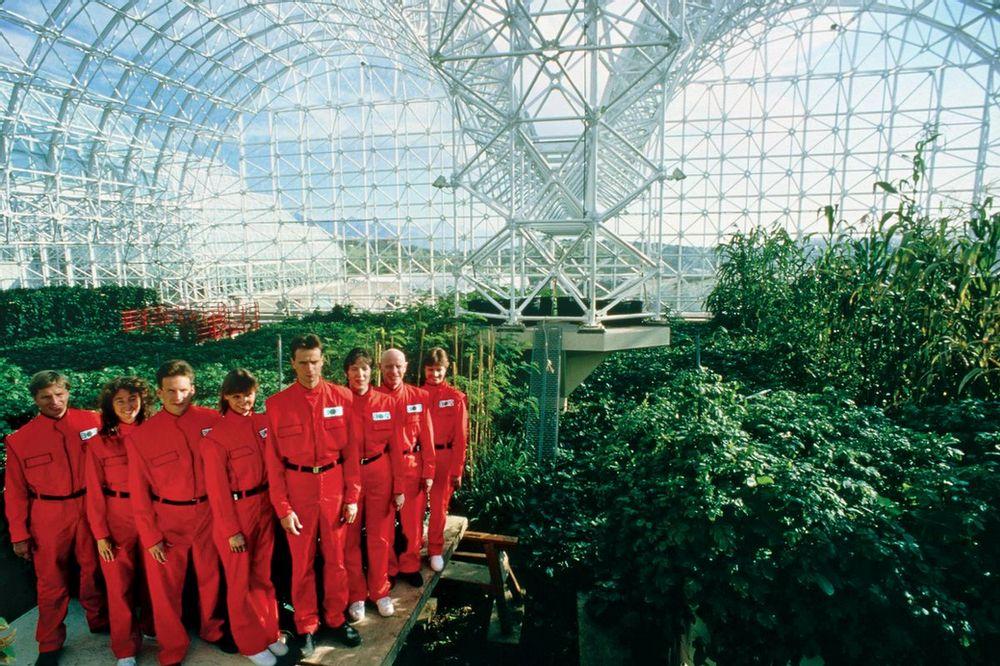 Los ocho ocupantes de Biosfera 2 posando con sus uniformes en el interior de la cápsula