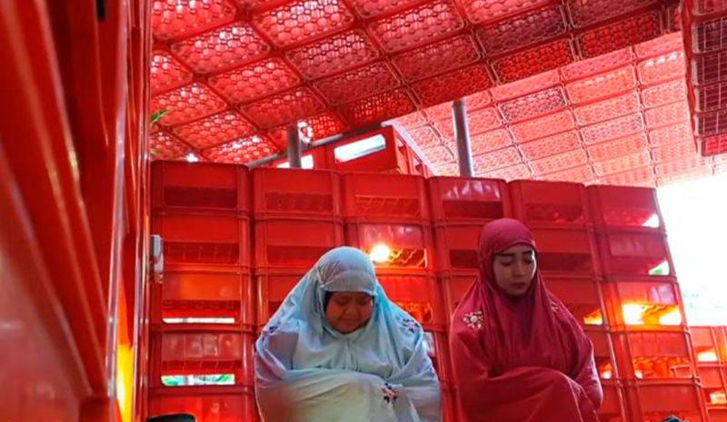 Una mezquita construida con más de 1.000 cajas de botellas de plástico