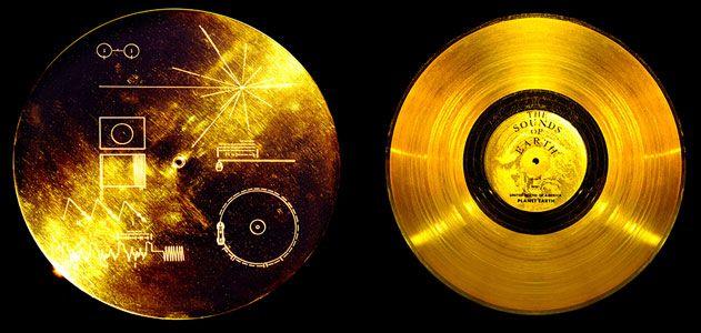 Los dos discos de oro con dibujos y música que porta la nave Voyager 1. | Foto: NASA