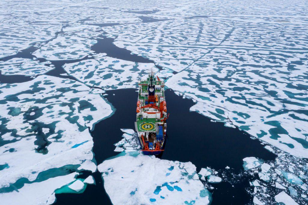 El Polarstern atravesando bloques de hielo en el Polo Norte. / Alfred-Wegener-Institut-Steffen Graupner.