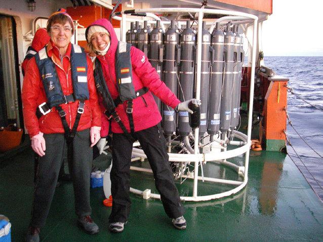 La científica española Marta Estrada (Izqda.) protagonista de la primera expedición moderna de nuestro país a la Antártida, posando con el continente helado junto a su estudiante de doctorado Sdena Nunes ,en una expedición de 2015. | FOTO: Research Gate
