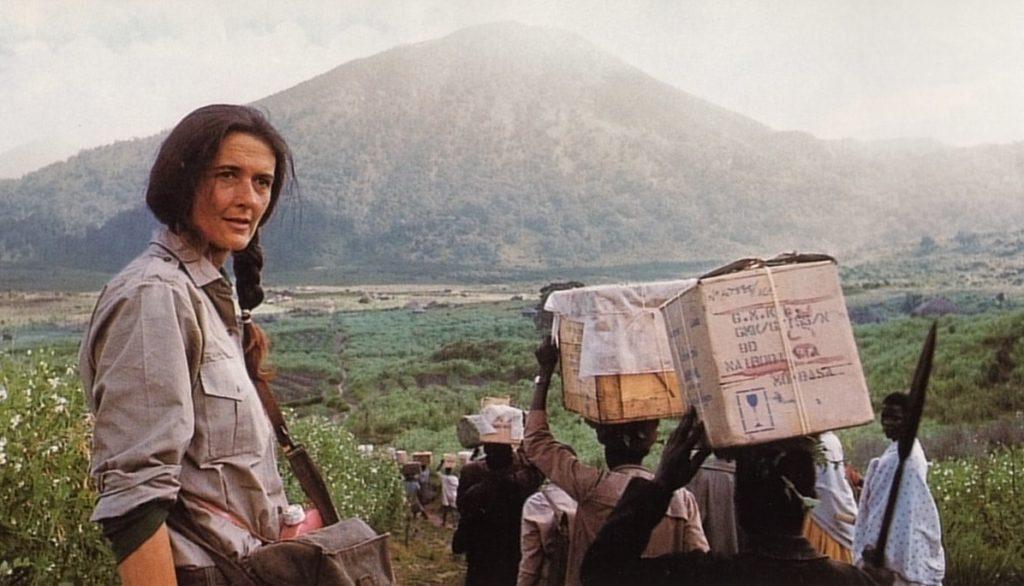 Dian Fossey, dirigiéndose hacia su campamento de altura en los volcanes Virunga de Ruanda junto a sus porteadores, en una imagen distribuida por la fundación que lleva su nombre. | FOTO: Dian Fossey Gorilla Fund