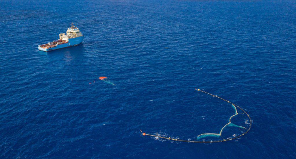 Una imagen del sistema de recogida de basura marina empleada por la iniciativa Ocean Cleanup promovida por el joven emprendedor Boyan Slat