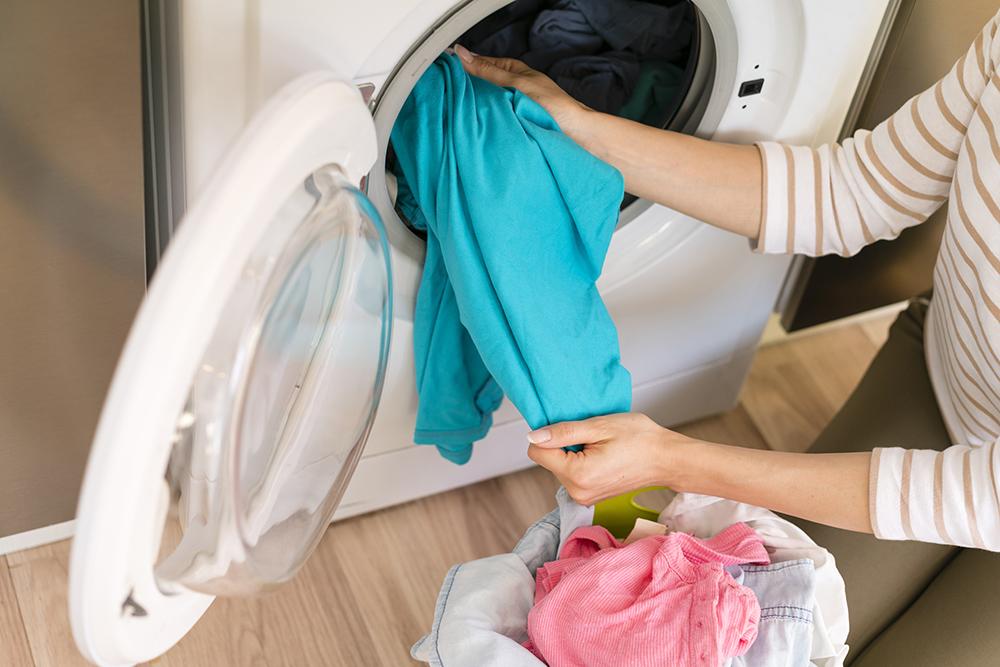 Lavar a baja temperatura ayuda a que las prendas de ropa pierdan menos fibras | Foto: Freepik