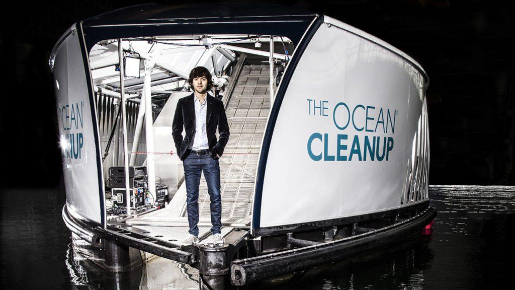 Boyan Slat, posa junto a uno de sus diseños para limpiar basura de plástico en los océanos y ríos.