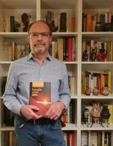 Ignacio Mártil de la Plaza posando con su ultimo libro.