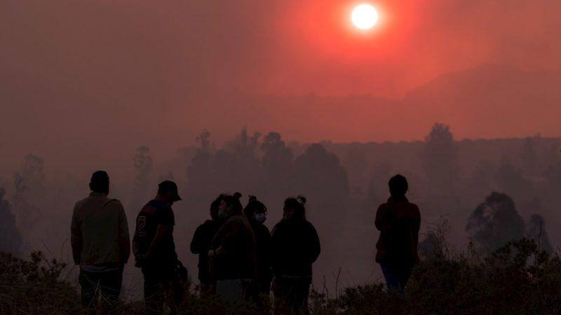 Un incendio en los montes de Valparaíso obliga a evacuar a miles de personas en Chile