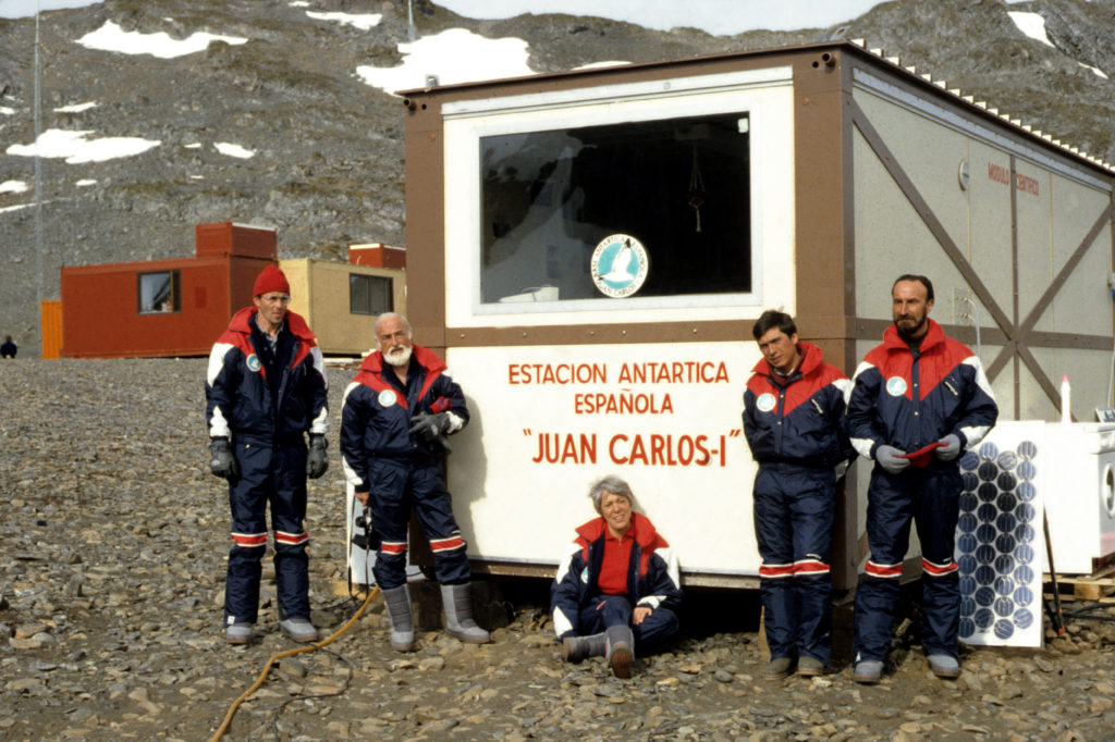 Josefina Castellví junto a Antoni Ballester, jefe de misión, Joan Rovira y Agustín Juliá, en 1986, en la Antártida.