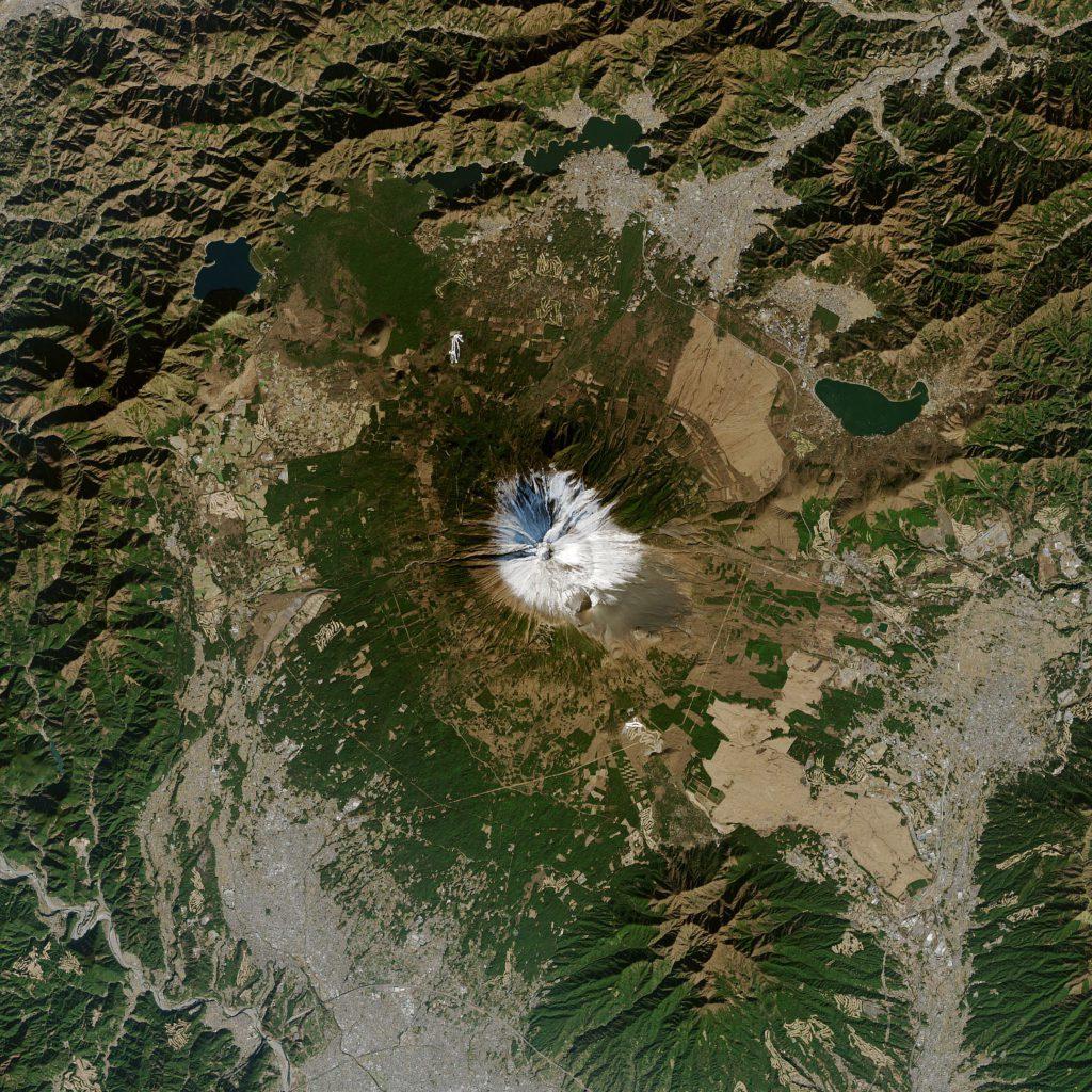 El monte Fuji, captado por el satélite Terra de la NASA el 1 de enero de 2021, con una cobertura mínima de nieve en pleno invierno. | FOTO: NASA