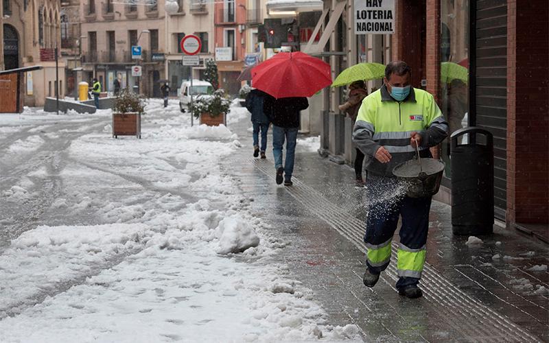 Un operario municipal esparce sal por la calzada tras el paso de la borrasca Filomena | Foto: EFE / Javier Blasco