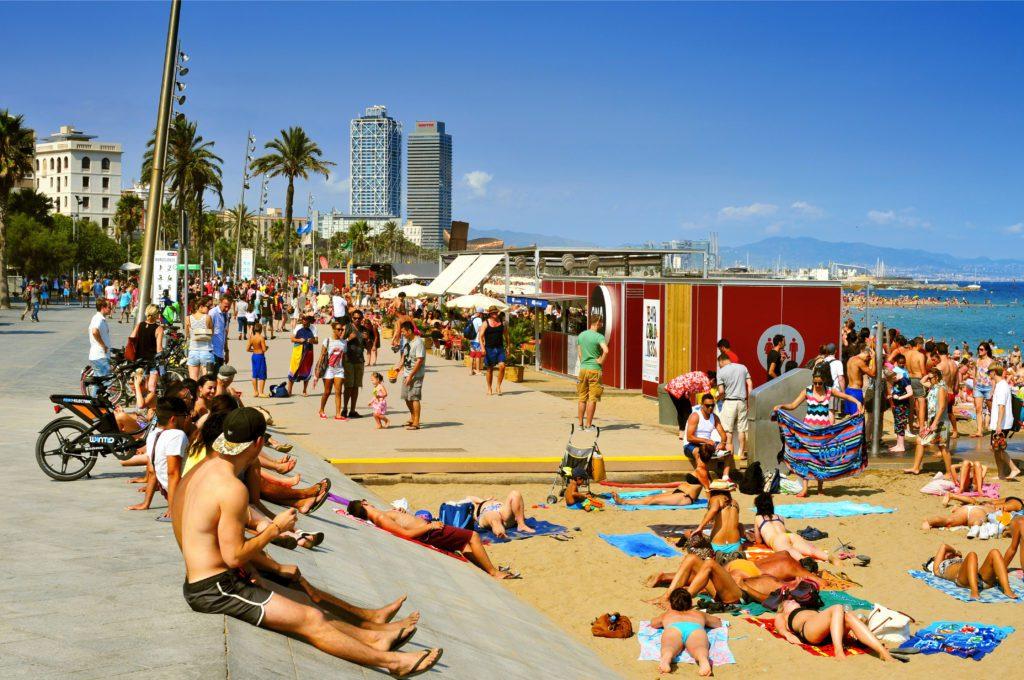 turistas y bañistas en la playa de la Barceloneta en una imagen