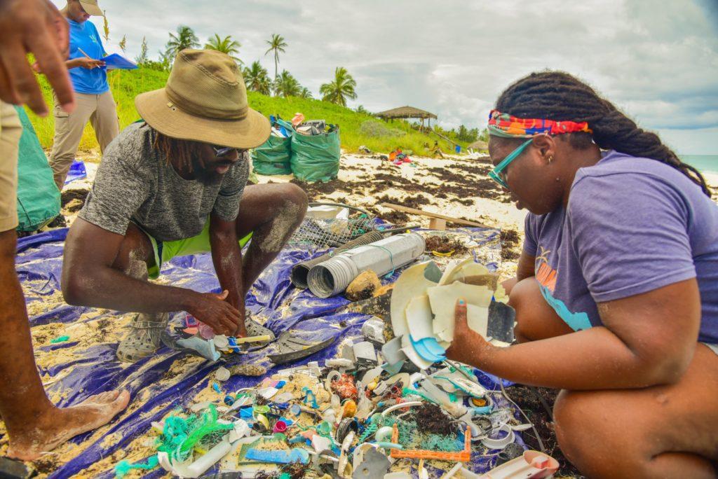 Krystal Ambrose, durante una campaña de limpieza de playas. | FOTO: Fundación Goldman