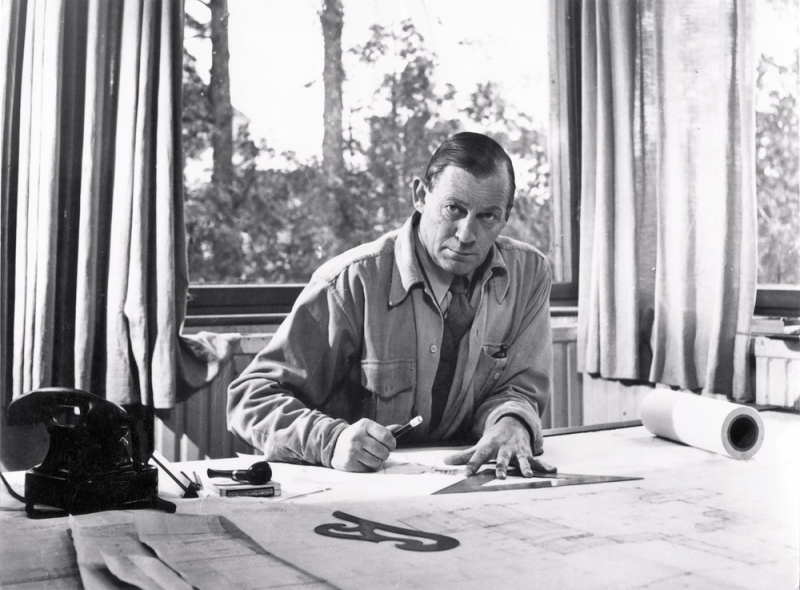 El arquitecto finlandés Alvar Aalto (1898-1976), retratado en su estudio en 1945© Alvar Aalto Estate / Alvar Aalto Museum. Foto: Eino Mäkinen