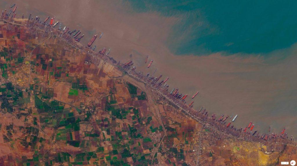 Desde el espacio se puede observar la gran cantidad de barcos que se encuentran en las playas de Alang, India / Fuente: Digital Globe