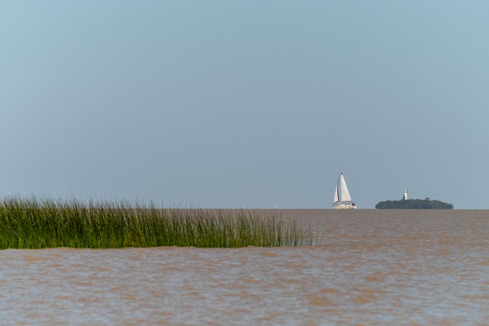Un barco de vela en el Río La Plata, frente a Colonia del Sacramento.   FOTO: Wirestock Creators