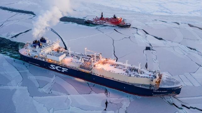 El carguero ruso Christophe de Margerie, que ha realizado la Ruta del Norte por el Ártico en febrero de 2021, acompañado por un rompehielos. | FOTO: Sovcomflot