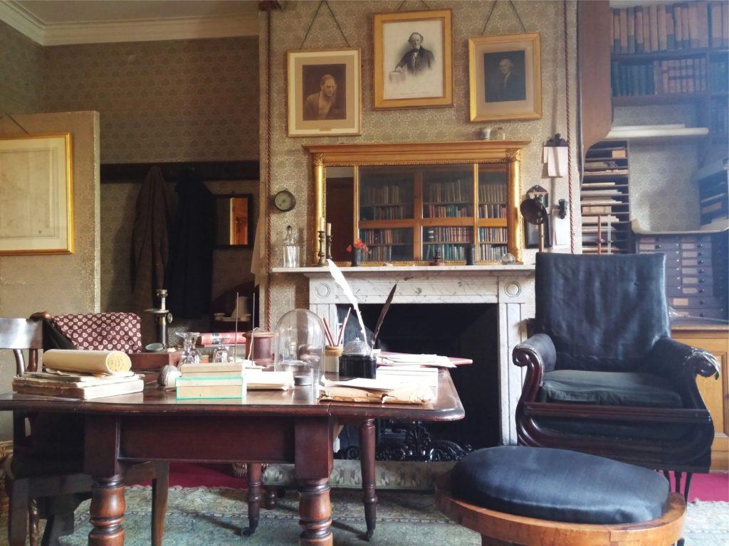 El despacho de Darwin conservado en su casa de Kent, donde vivió 40 años con su familia, tal y como él lo dejó conservado hasta nuestros días.   FOTO: Vicky Jirayu
