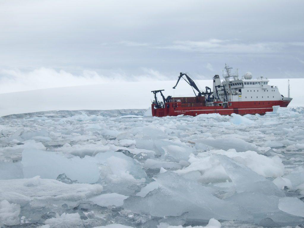 El Sarmiento de Gamboa navegando entre los hielos antárticos