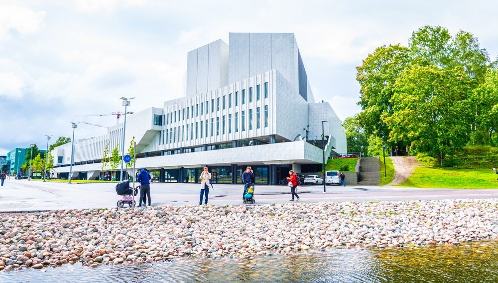 Gente paseando al lado de la sala de Conciertos de Finlandia diseñada por Alvar Aalto para la ciudad de Helsinki. | FOTO: Trabantos