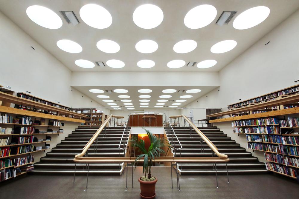Interior de la biblioteca de Vyborg, en la actual Rusia, diseñada por el arquitecto Alvar Aalto con lucernarios que iluminan la sala con radiación natural. | FOTO: Kaliam