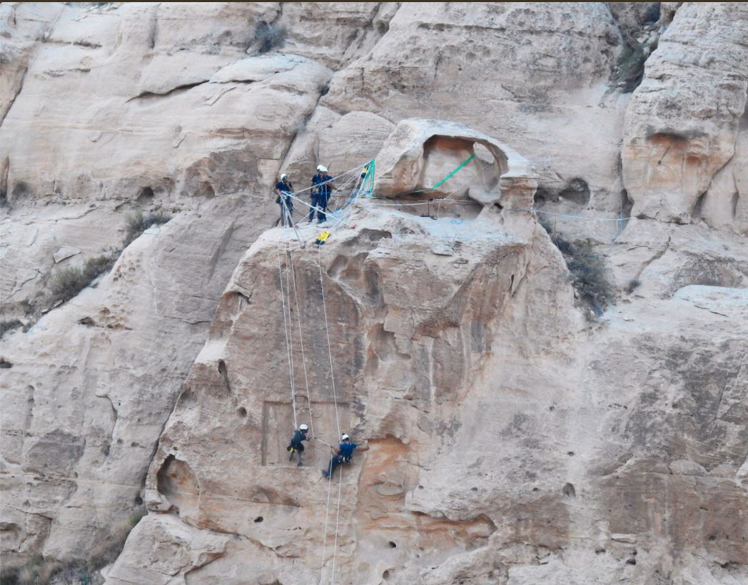 Investigadores de la Universidad de Barcelona trabajando en el sitio arqueólogico de Sela en Jordania. | FOTO: UAB