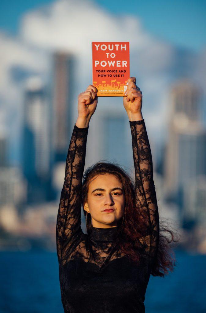 La joven estadounidense Jamie Margolin muestra el libro publicado para concienciar sobre el cambio climático en EEUU. | FOTO: Zero Hour