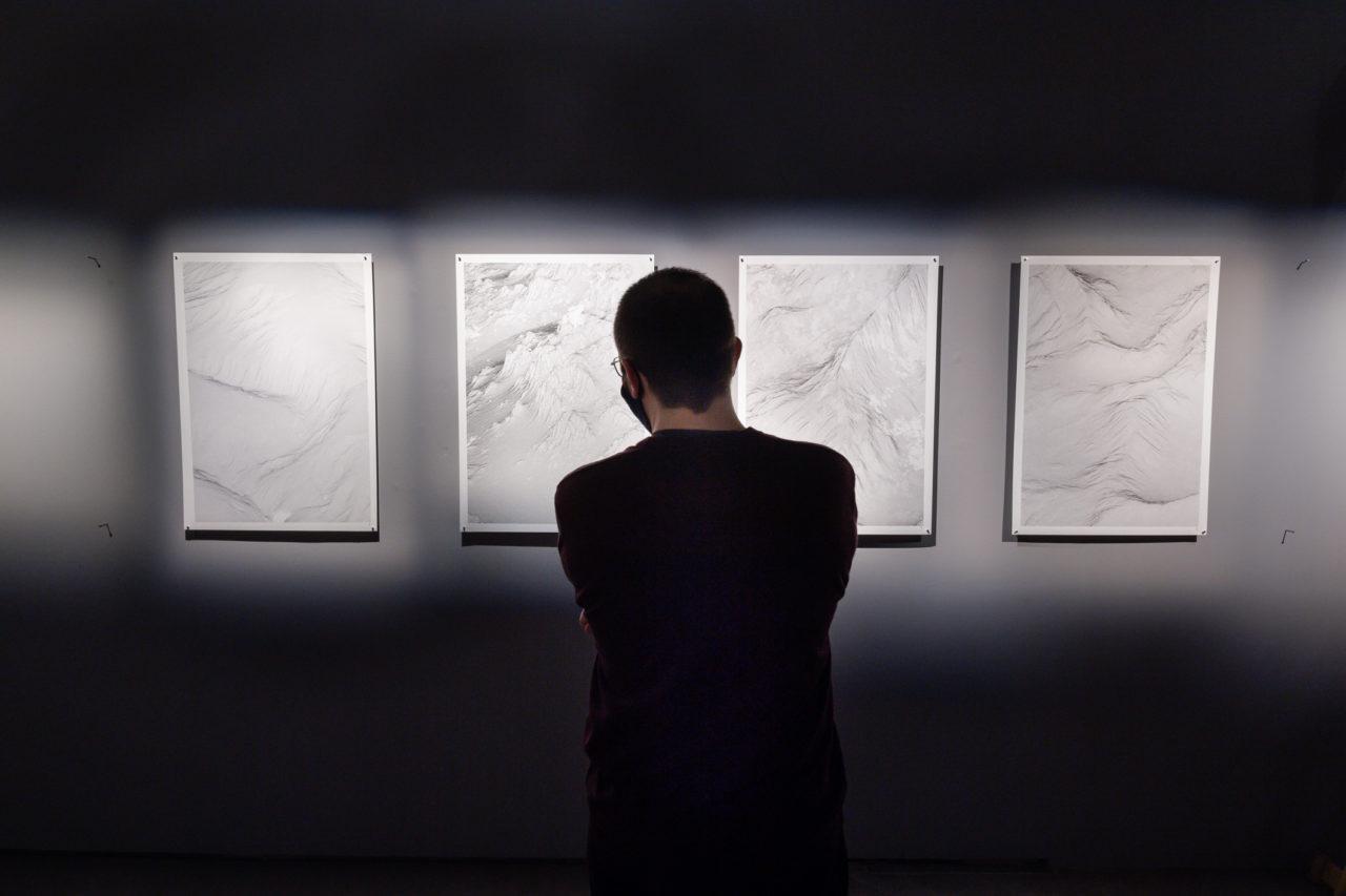 Un visitante observa la obra Paysages Possibles en el Espacio Fundación Telefónica.