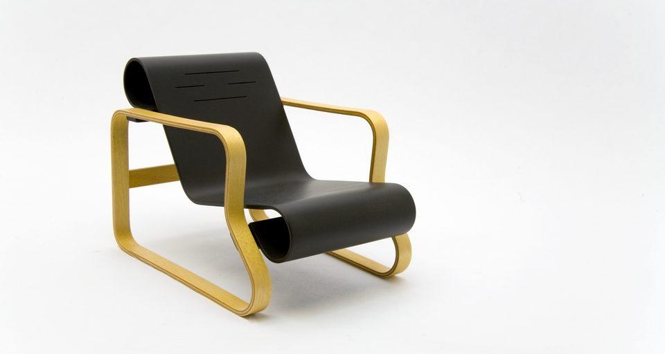 La silla Paimo, diseñada por Alvar Aalto en 1932, con cuerpo de madera de abedul y asiento de contrachapado en negro. | FOTO: Thomas Hernandez