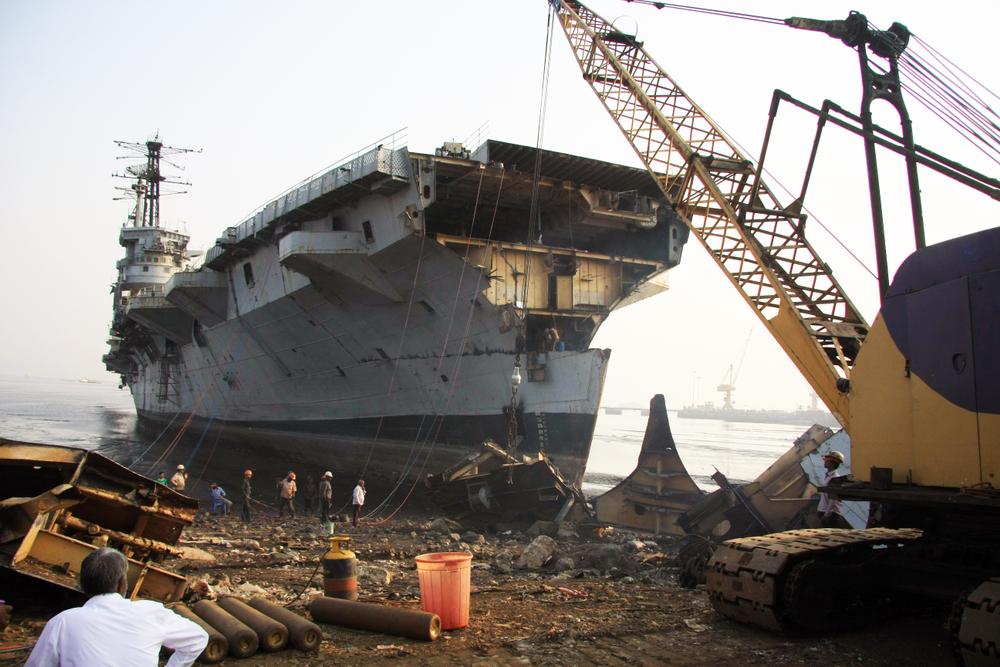 Trabajadores sin preparación alguna trabajan día y noche en las playas desmantelando los barcos /Foto: JHMimaging