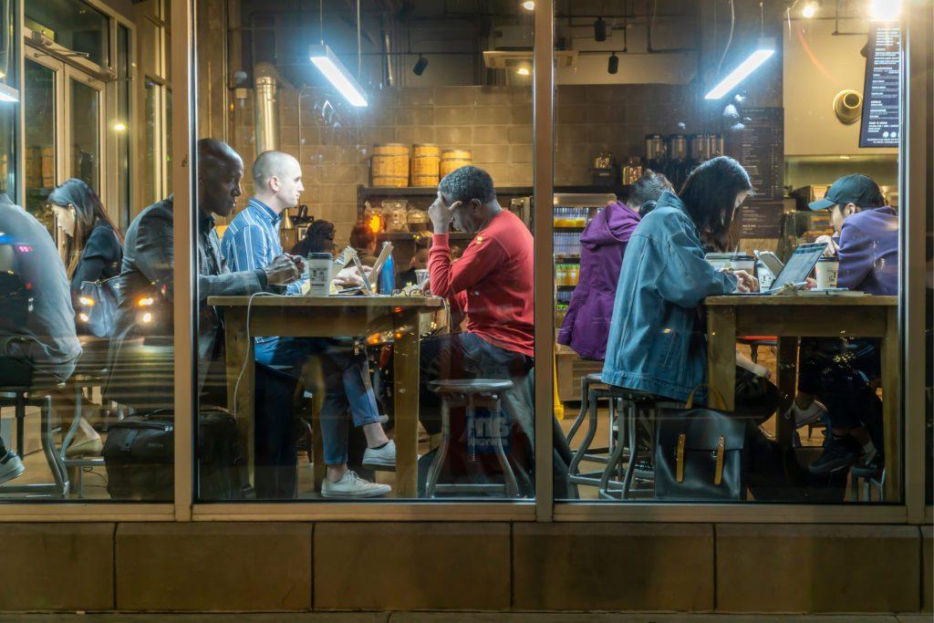 Personas trabajando en una cafetería de Nueva York aprovechando la conexión libre a internet.   FOTO: Rblfmr