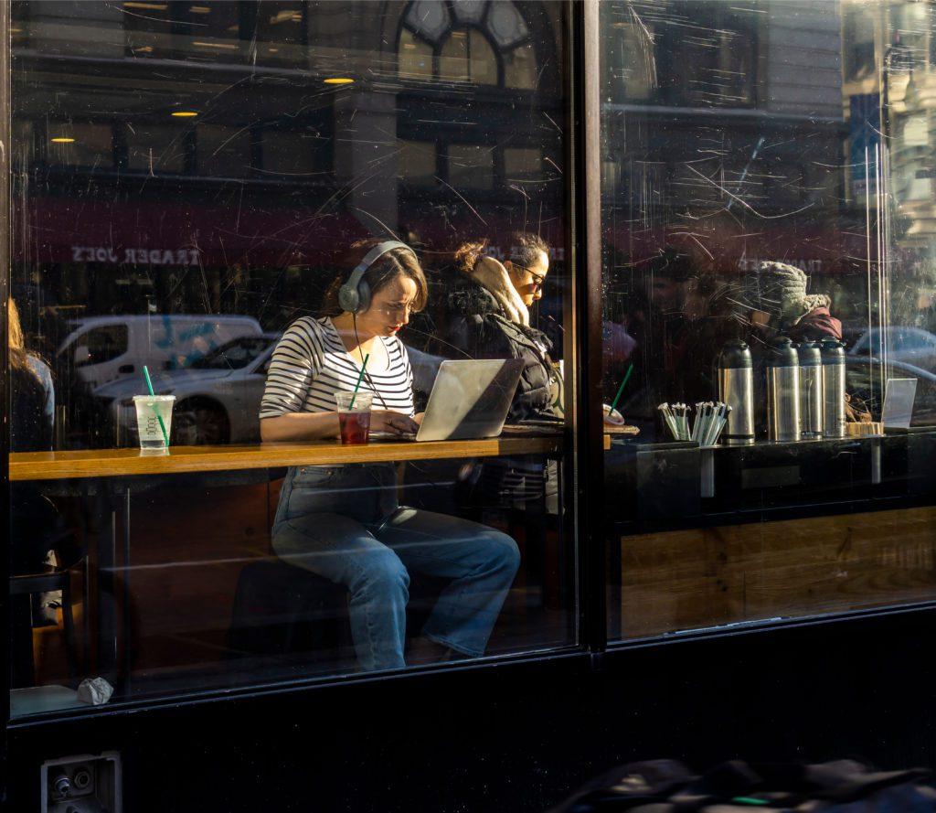 Una clienta aprovecha la conexión wi fi gratuita de una cafetería de EEUU.   FOTO: Rblfmr