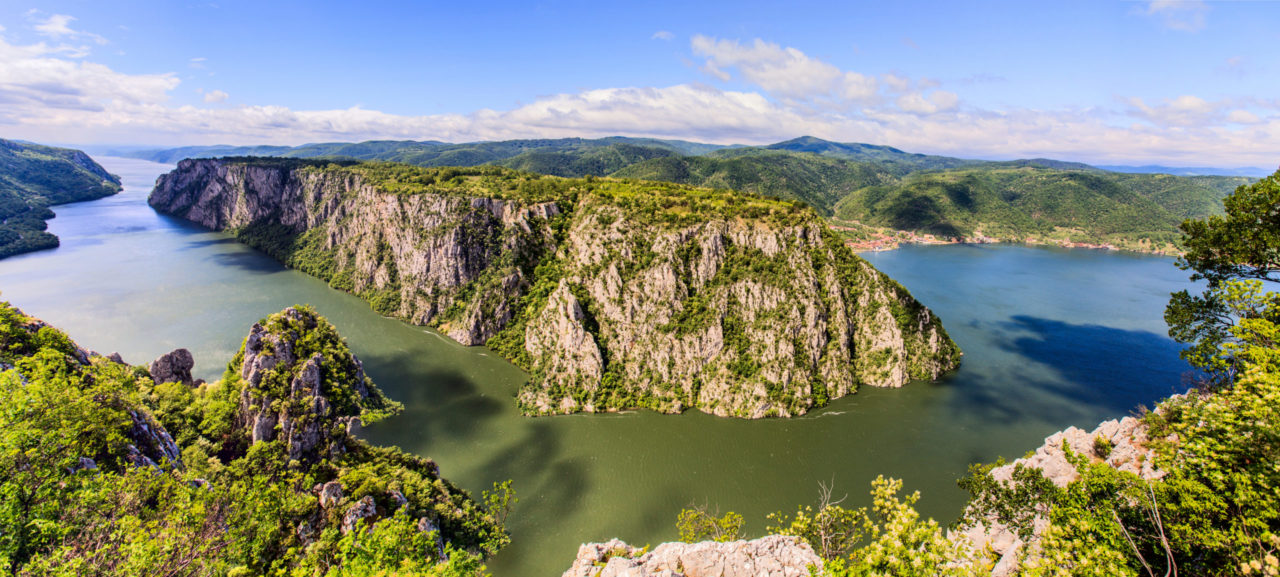 Un tramo agreste del Danubio durante su curso por Serbia. | FOTO: Mita Stock
