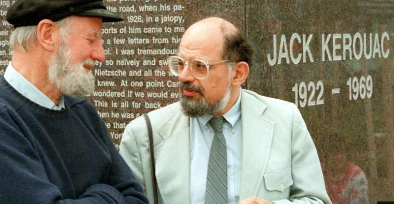 Ferlinghetti y Ginsberg (izda.) en 1988 junto a un monumento en homenaje a Kerouac en Massachusetts. | FOTO: Efe