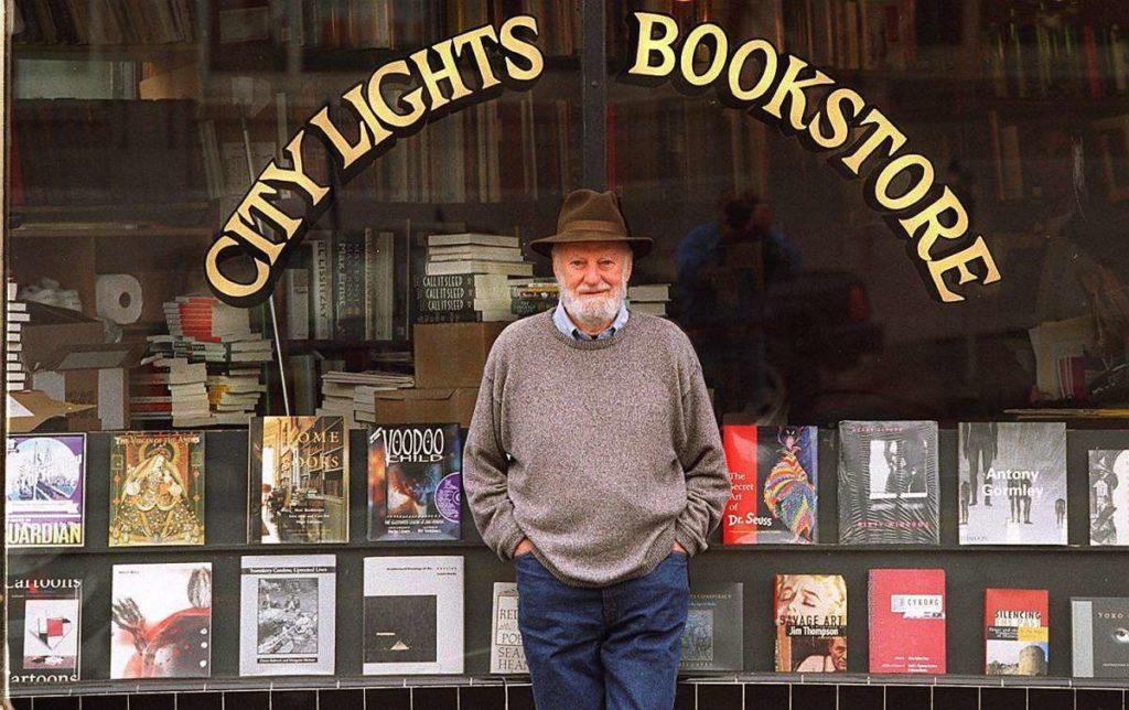 El poeta estadounidense Lawrence Ferlinghetti, fotografiado frente a la librería City Lights de San Francisco, que regentó desde 1954.