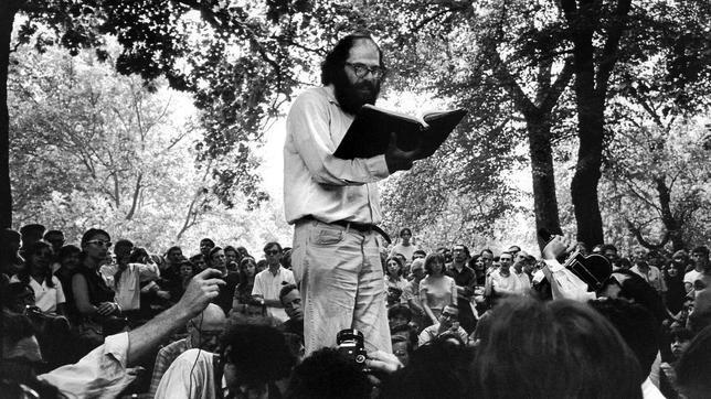 El autor Allen Ginsberg, leyendo sus poemas ante un auditorio joven