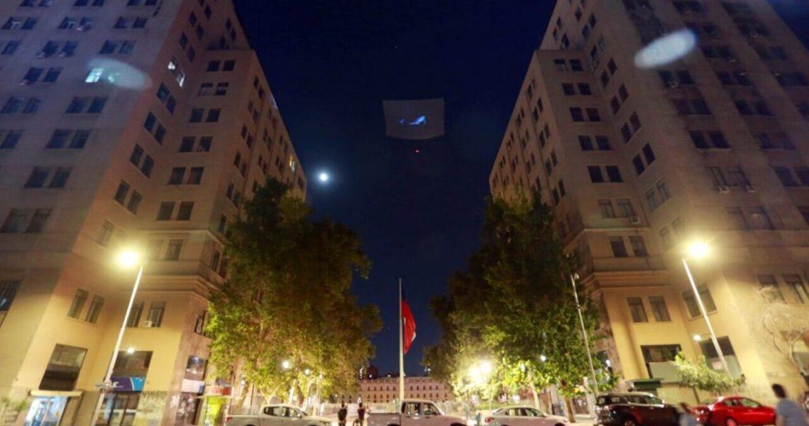 Hologramas gigantes para concienciar sobre uso de plásticos en Chile
