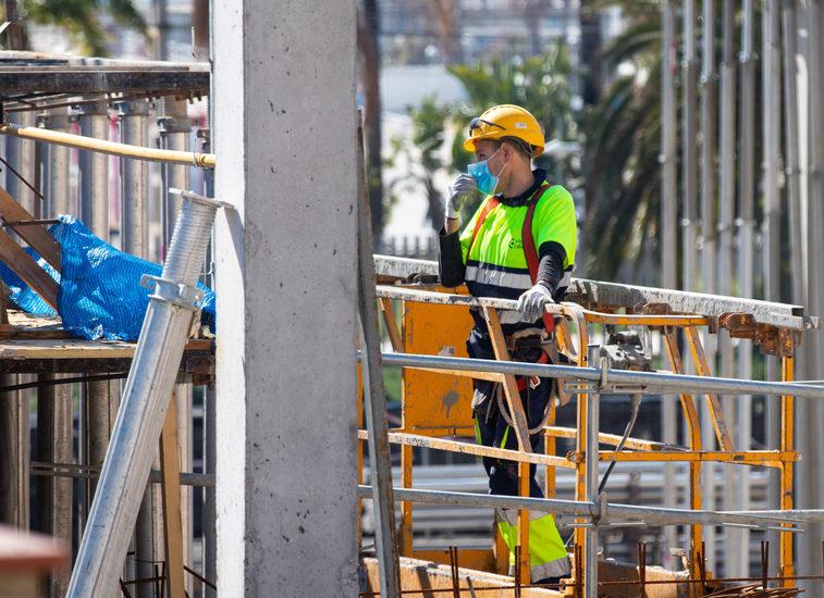 Un obrero trabajando en 2020 durante el coronavirus.   FOTO: Daniel Ferrer Paez