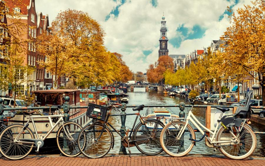 Bicicleta junto a un l canal en la ciudad de Ámsterdam. | FOTO: Yasonya