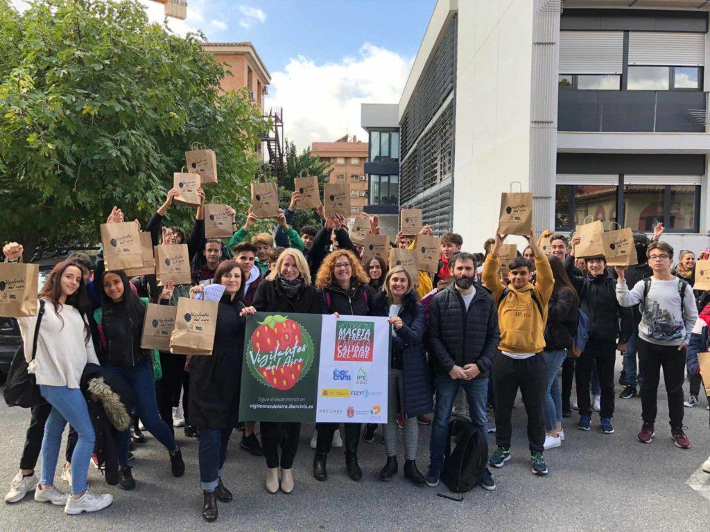 Jóvenes participantes del proyecto Vigilantes del Aire en Granada.   FOTO: Fundación Ibercivis
