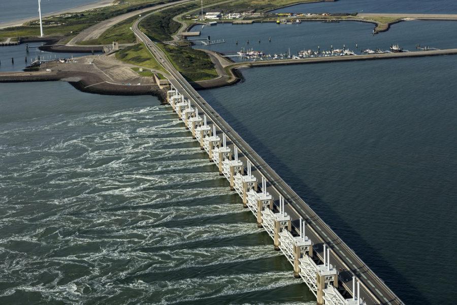 Foto aérea de Oosterscheldeker, una barrera de marejada que forma parte de la obra del delta para proteger a Holanda del alto nivel del mar. | FOTO: Aerovista Luchtfotografie