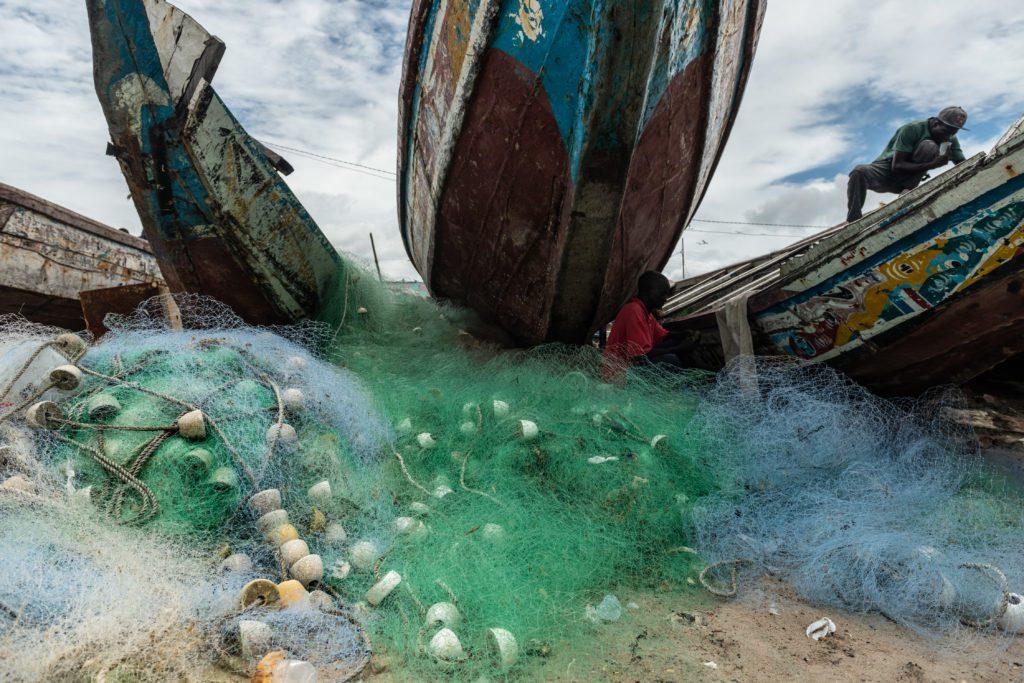 Redes de pesca junto a las piraguas de los pescadores locales de la costa de Gambia.| FOTO: The Outlaw Ocean Project Fábio Nascimento